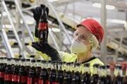 Coca-Cola Knetzgau füllt als erster Standort in Deutschland neuen Mehrweg-Glasflaschen-Typ ..